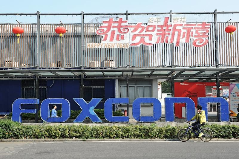 """Foxconn, a major supplier to Apple, had earlier said it was in """"preliminary discussions"""" with US officials about a potential investment in flat panels but gave no details (AFP Photo/)"""