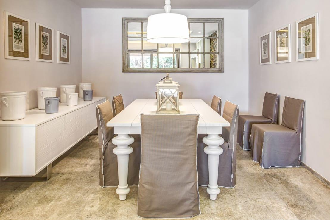"""<p>This<a rel=""""nofollow"""" href=""""https://www.homify.co.uk/rooms/dining-room-style-modern"""">modern dining area</a> really is something else! We don't quite know how the designer managed it, but there are seriously minimalist overtones in place, despite a number of pretty accessories being on display. Perhaps it's the large distressed farmhouse table that is creating the look and feel of an unfussy space, or the sleek chair covers. Whatever it is, we can't overlook how brilliant the mirror looks, as it mimics an extra window and keeps the entire area so bright and fresh.</p>  Credits: homify / Studio Guerra Sas"""
