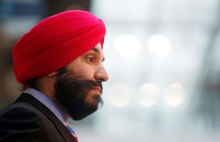 Innovation minister orders CRTC to revisit wireless network access decision