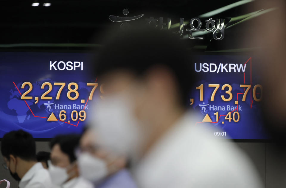 Currency traders watch computer monitors near the screens showing the Korea Composite Stock Price Index (KOSPI), left, and the foreign exchange rate between U.S. dollar and South Korean won at the foreign exchange dealing room in Seoul, South Korea, Monday, Sept. 28, 2020. Asian shares were mostly higher in muted trading Monday, ahead of the first U.S. presidential debate and a national holiday in China later in the week.(AP Photo/Lee Jin-man)