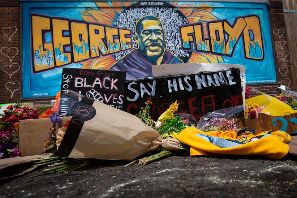 MINNEAPOLIS , MINNESOTA - JUNE 01: People fill the intersection in front Cup Foods where George Floyd was murdered by a Minneapolis police officer i to pay their respects at the makeshift memorial on Monday, June 1, 2020 in Minneapolis , Minnesota. (Jason Armond / Los Angeles Times via Getty Images)