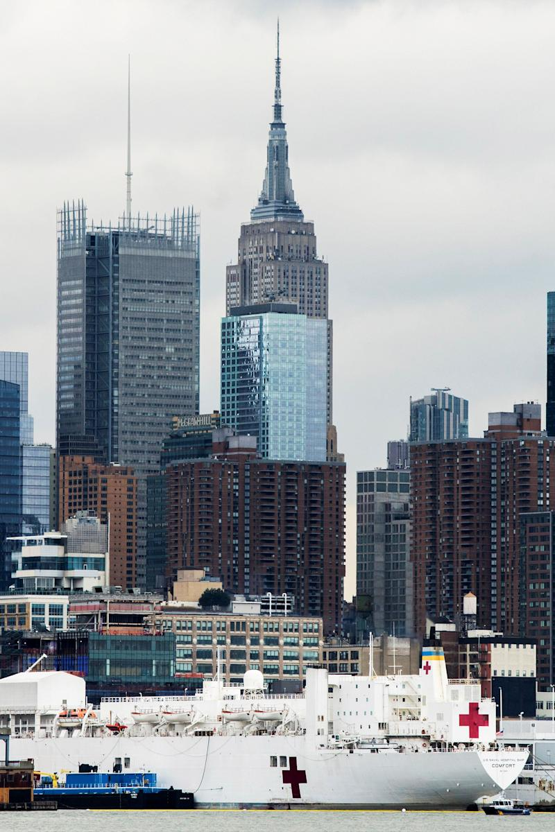Navio-hospital da Marinha ancorado em pier de Manhattan, com o Empire State atrás. (Photo: Eduardo Munoz / Reuters)