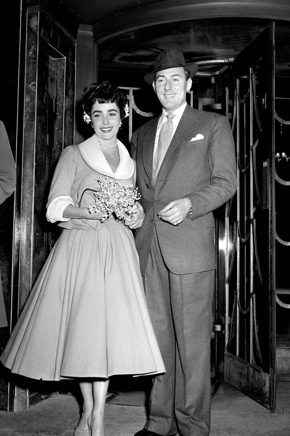 <p>Elizabeth Taylor's second marriage was to British stage actor Michael Wilding. The two were wed in a low-key ceremony in London and for the occasion Taylor chose a demure suit with a wide white collar. </p>