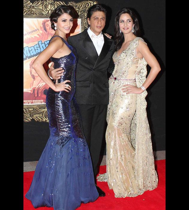 SRK looks smart, but take a look at the beautiful ladies