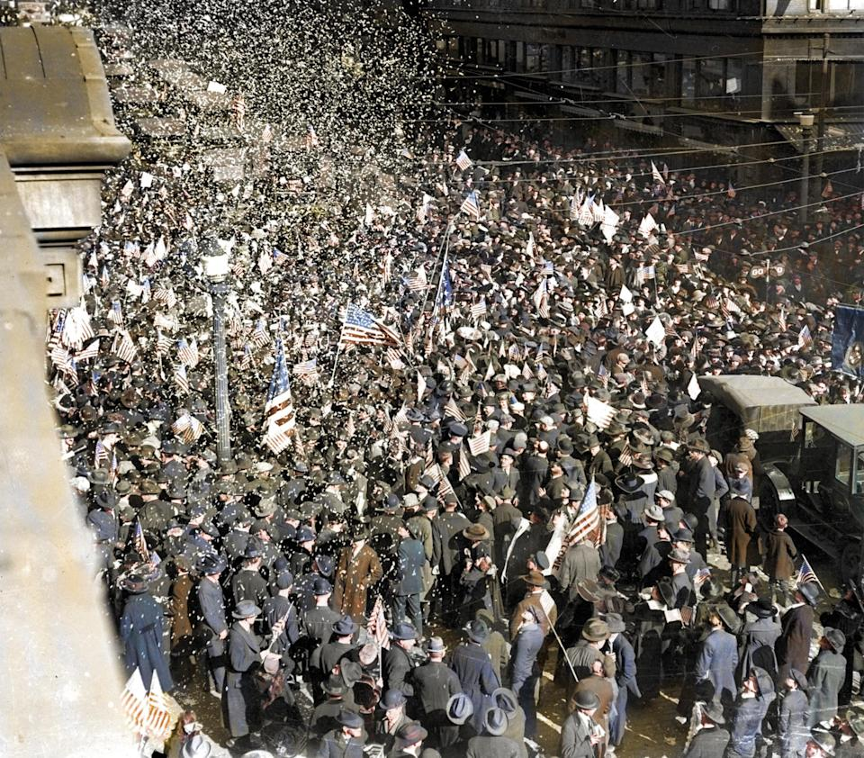 <p>Crowds celebrate the end of the War in New York City (Royston Leonard / Media Drum World / Caters News) </p>