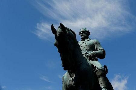 Estátua do general  Robert E. Lee no centro de polêmica em Charlottesville