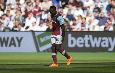 West Ham United's Michail Antonio leaves the pitch after sustaining an injury