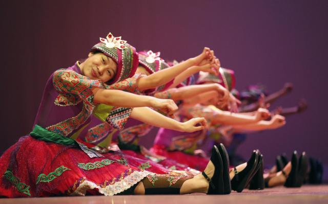 """Artists from the San Xia Acrobatic Troupe and Chongqing Ethnic Song and Dance Troupe of China perform during a rehearsal for the """"Fu Yong - The Fortuna Eternal in Sacred Mountain"""" show in Rio de Janeiro October 31, 2013. The """"Fu Yong - The Fortuna Eternal in Sacred Mountain"""" show performance will be staged from November 1 to 3. REUTERS/Sergio Moraes (BRAZIL - Tags: ENTERTAINMENT SOCIETY)"""