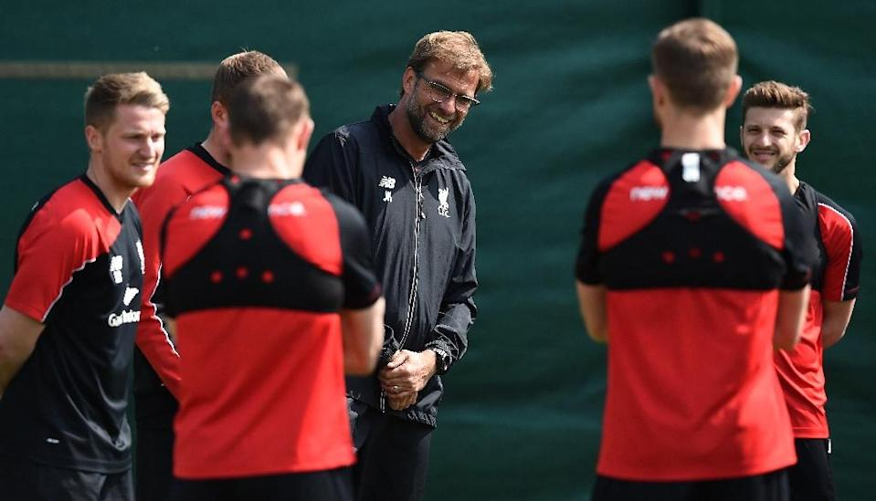 Liverpool's manager Jurgen Klopp (C) talks with his players during team training session on May 13, 2016 (AFP Photo/Paul Ellis)
