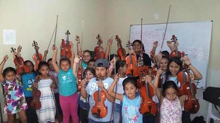 Image: Children with musical instruments donated by Mario Ar?valo (Mario Arévalo / Telemundo News)