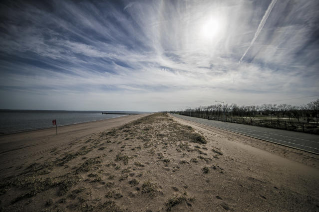 A sand embankment to protect inland neighborhoods runs along the beach on Staten Island's South Shore. (Photo: Gordon Donovan/Yahoo News)