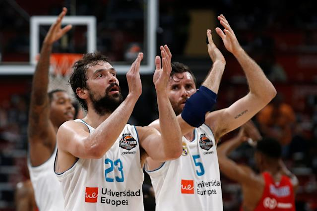 Basketball - EuroLeague Final Four Semi Final A - CSKA Moscow vs Real Madrid - ?Stark Arena?, Belgrade, Serbia - May 18, 2018 Real Madrid's Sergio Llull and Rudy Fernandez applaud the fans at the end of the match REUTERS/Alkis Konstantinidis