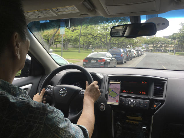 An Uber driver drives in Honolulu. (Photo: Jennifer Sinco Kelleher/AP)