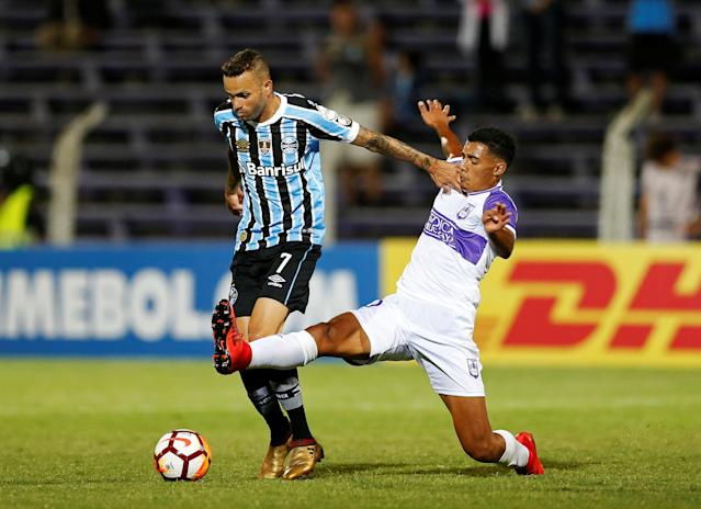 Soccer Football - Uruguay's Defensor Sporting v Brazil's Gremio - Copa Libertadores - Luis Franzini stadium, Montevideo, Uruguay - February 27, 2018. Luan of Gremio and Carlos Benavidez of Defensor Sporting. REUTERS/Andres Stapff