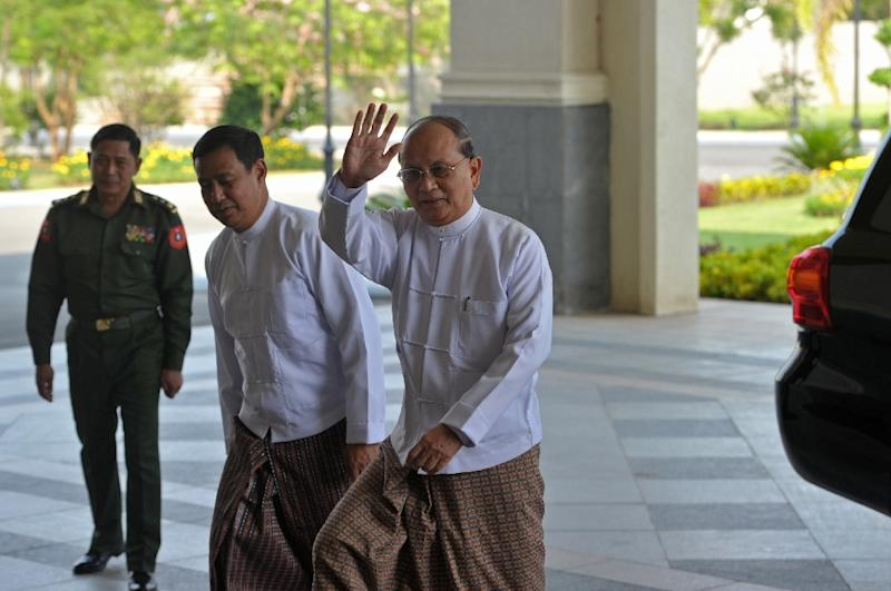 Myanmar President Thein Sein (R) arrives for closed-door talks in Naypyidaw on April 8, 2015 as the country braces for elections (AFP Photo/Soe Than Win)