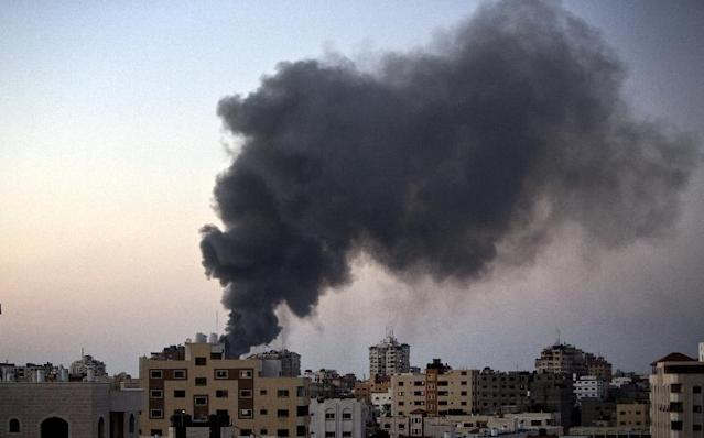 Smoke raises over Gaza City after an Israeli airstrike in Gaza city on August 10, 2014 (AFP Photo/Mahmud Hams)
