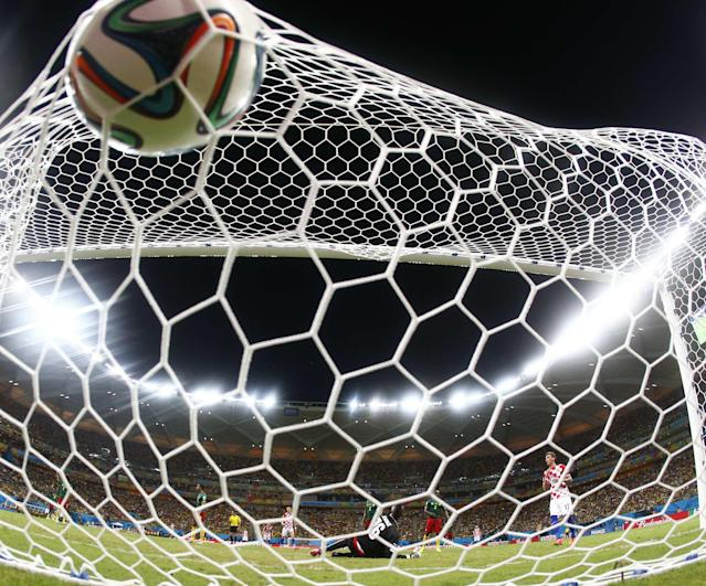 Cameroon's goalkeeper Charles Itandje (bottom) fails to save a goal by Croatia's Mario Mandzukic (R) during their 2014 World Cup Group A soccer match at the Amazonia arena in Manaus June 18, 2014. REUTERS/Yves Herman (BRAZIL - Tags: SOCCER SPORT WORLD CUP)