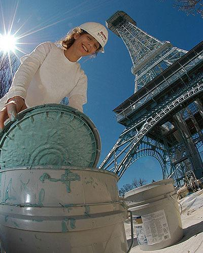 UNITED STATES: In this photo provided by Paramount's King Island, Stevie Hopkins, of Baynum Painting, opens a paint container for the makeover of Paramount's Kings Island's 331-foot Eiffel Tower, Thursday, April 14, 2005, in Kings Island, Ohio.