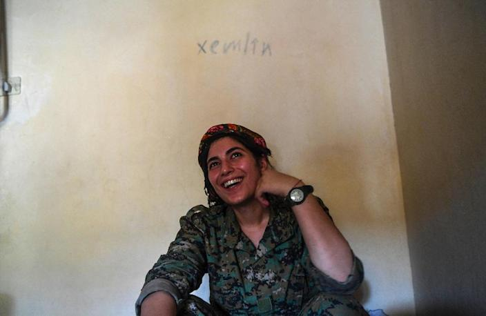 A member of the Shengal Women's Units rests in an abandoned home used as a base on the eastern outskirts of Raqa on July 18, 2017 (AFP Photo/BULENT KILIC)
