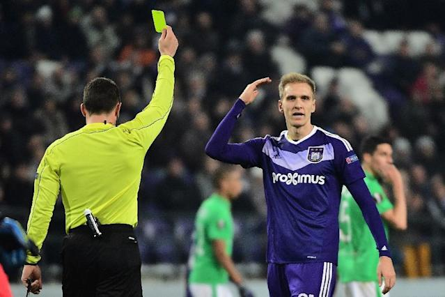 Anderlecht's forward Lukasz Teodorczyk (R) reacts after receiving a yellow card during the UEFA Europa League football match against Saint-Etienne December 8, 2016 (AFP Photo/EMMANUEL DUNAND)