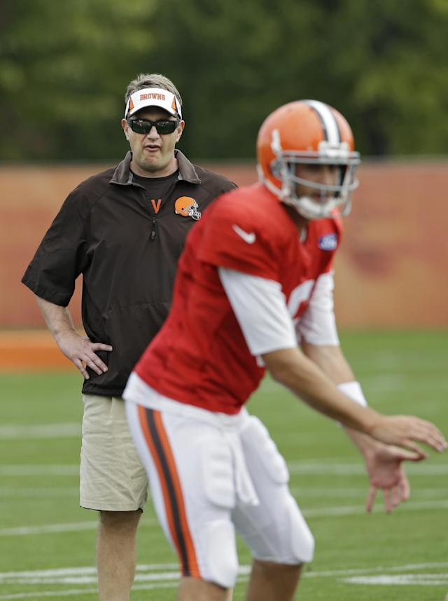Cleveland Browns head coach Rob Chudzinski watches quarterback Brian Hoyer during NFL Football practice at the team's training facility in Berea, Ohio Wednesday, Sept. 18, 2013. Chudzinski surprisingly decided to start Hoyer over more experienced backup Jason Campbell against the Minnesota Vikings. (AP Photo/Mark Duncan)