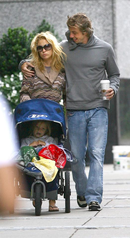 """Dax tries to warm Kate up on the cold August day. Ed Isabella and Brian Prahl/<a href=""""http://www.splashnewsonline.com/"""" target=""""new"""">Splash News</a> - August 18, 2007"""