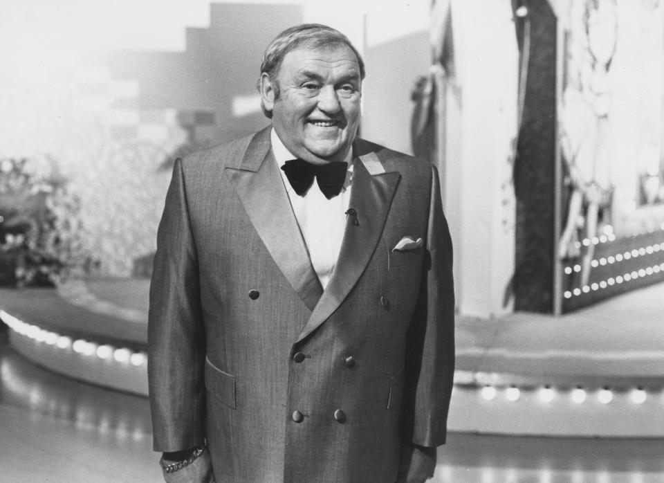 Entertainer Les Dawson on the set of the BBC television series 'Blankety Blank', December 3rd 1989. (Photo by Don Smith/Radio Times via Getty Images)