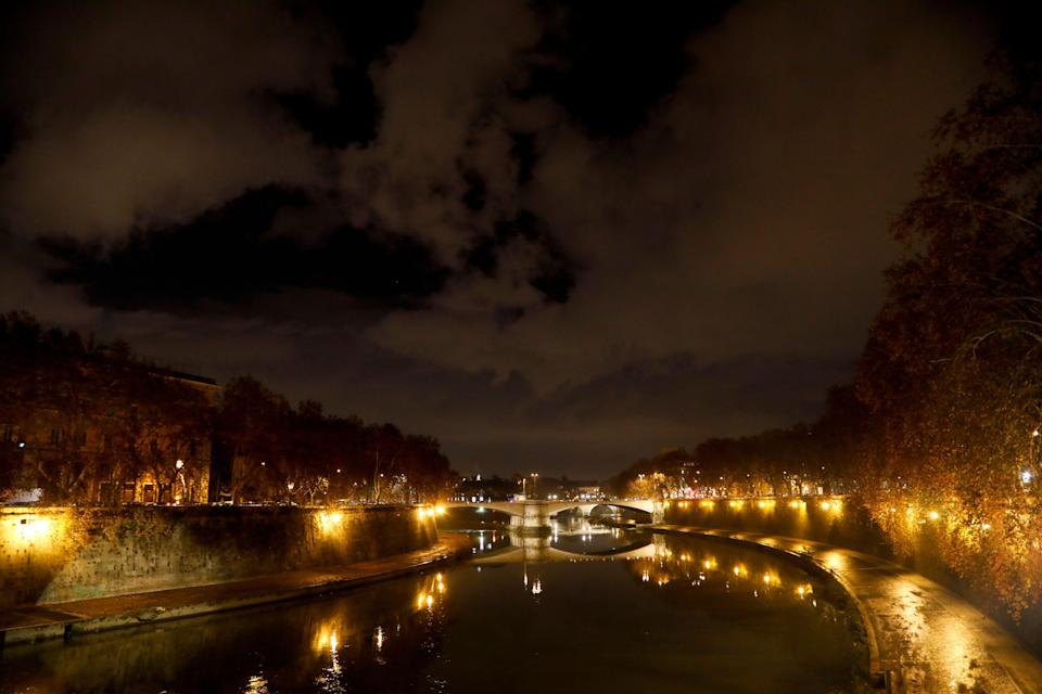 ROME, ITALY - JANUARY 02: Night view of Ponte Garibaldi bridge on January 02, 2017 in Rome, Italy. Ponte Garibaldi bridge links Lungotevere De' Cenci to Piazza Giuseppe Gioachino Belli in Rome, in the Rioni Regola and Trastevere.(Photo by Athanasios Gioumpasis/Getty Images). (Photo: Athanasios Gioumpasis via Getty Images)