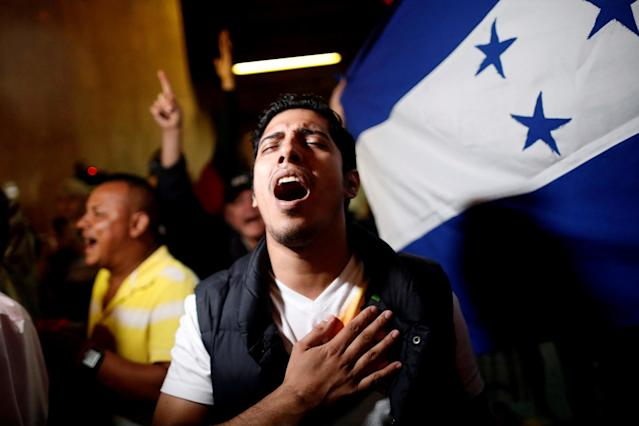 <p>A supporter of Salvador Nasralla, presidential candidate for the Opposition Alliance Against the Dictatorship, sings the national anthem during a rally after the first official presidential election results were released outside at the Supreme Electoral Court in Tegucigalpa, Honduras, Nov. 27, 2017. (Photo: Edgard Garrido/Reuters) </p>