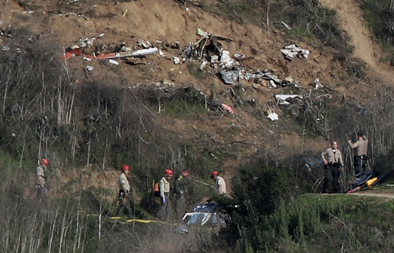 Sherriffs and officials investigate the helicopter crash site of NBA star Kobe Bryant in Calabasas, California, U.S., January 27, 2020. (Photo: REUTERS/Danny Moloshok)