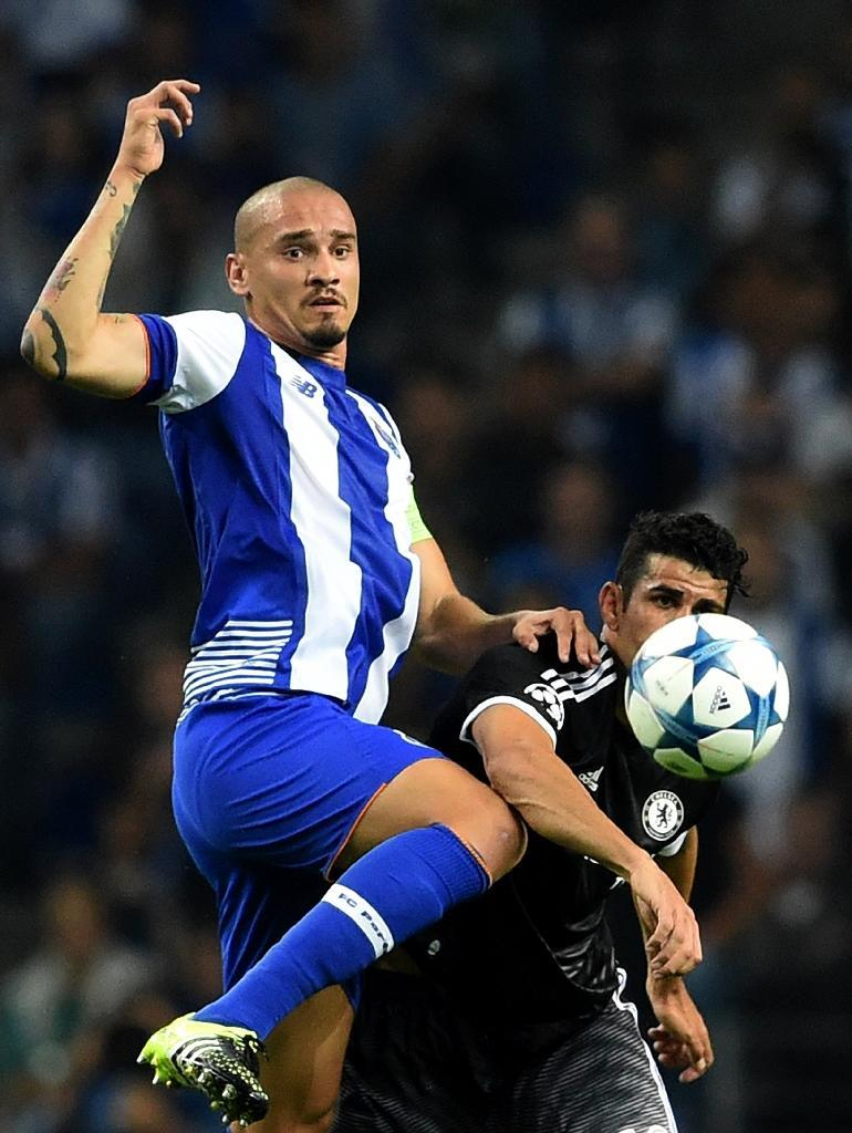 Porto defender Maicon (L) and Chelsea striker Diego Costa during their Champions League Group G match at the Dragao stadium in Porto on September 29, 2015 (AFP Photo/Francisco Leong)