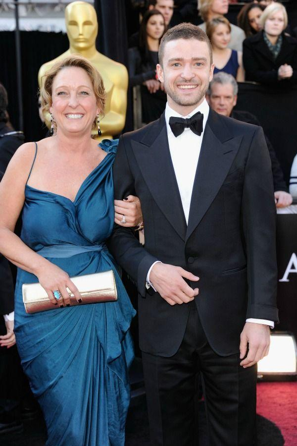 <p>Justin's mom is all smiles as she accompanies him to the 2011 Academy Awards, and we're dying of cuteness just looking at them.</p>