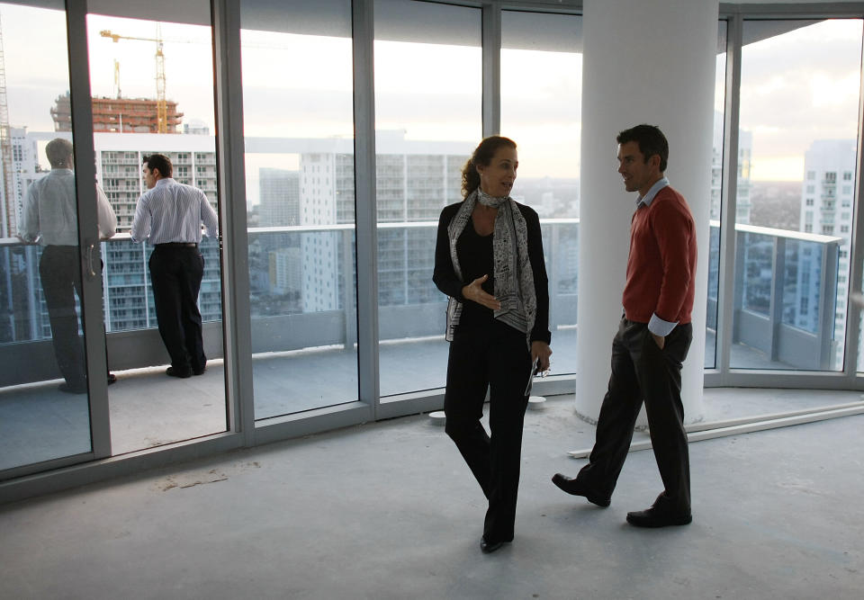 Penni Chasens (2R), master sales associate for Cervera Real Estate, shows a condo to prospective buyer Joe Gambescia (R) at the EPIC Miami Residences and Hotel. (Photo: Joe Raedle/Getty Images)