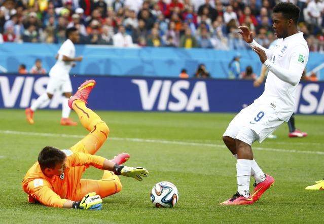 England's Daniel Sturridge (R) watches as Uruguay's Fernando Muslera makes a save during their 2014 World Cup Group D soccer match at the Corinthians arena in Sao Paulo June 19, 2014. REUTERS/Tony Gentile (BRAZIL - Tags: SOCCER SPORT WORLD CUP)