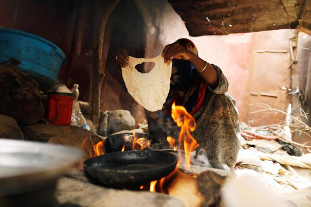 <p>A woman displaced from the Red Sea port city of Hodeidah makes bread at a shelter in Sanaa, Yemen July 18, 2018. (Photo: Khaled Abdullah/Reuters) </p>