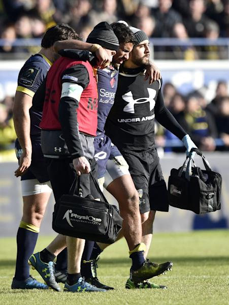 Clermont's French centre Wesley Fofana (C) leaves the pitch after being injured during the European Champions Cup rugby union match between ASM Clermont and Exeter Chiefs at the Michelin Stadium in Clermont-Ferrand, central France, on January 21, 2017. (AFP Photo/THIERRY ZOCCOLAN)