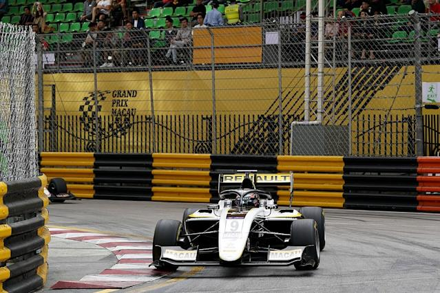Vips wins qualifying race, pile-up hits rivals' chances