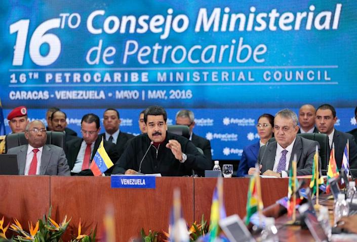 Venezuelan president Nicolas Maduro (C) talks during a ministerial council of Petrocaribe in Caracas on May 27, 2016 (AFP Photo/Yoset Montes)
