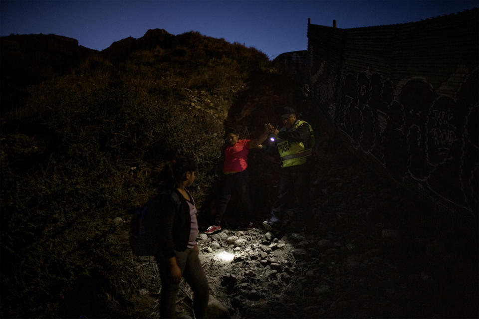 Mirna (43) and her daughter Mirna (10) are caught by Mexican border police along the Mexico-US border's wall, December 1, 2018. (Photo: Fabio Bucciarelli for Yahoo News)