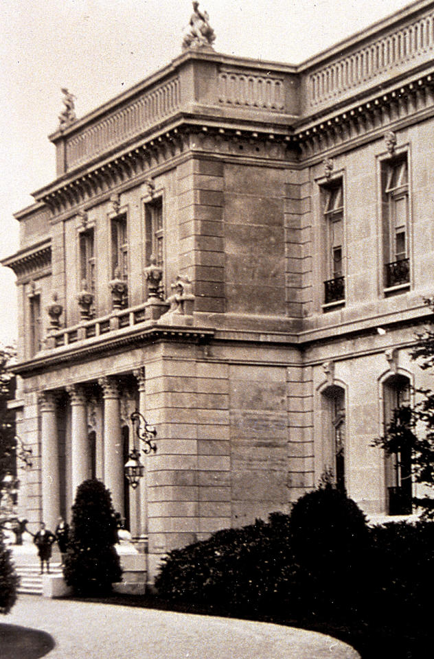 "This circa 1920s photo provided by The Preservation Society of Newport County shows footmen on the front stairs of The Elms, a mansion in Newport, R.I. Newly discovered photographs, documents and family histories have inspired the creation of a tour about servants at The Elms, echoing themes of the British drama program, ""Downton Abbey."" (AP Photo/The Preservation Society of Newport County)"