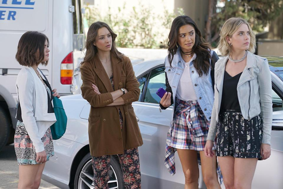 """<h1 class=""""title"""">PRETTY LITTLE LIARS, l-r: Lucy Hale, Troian Bellisario, Shay Mitchell, Ashley Benson in 'Don't Look</h1> <cite class=""""credit"""">©ABC Family/courtesy Everett Collection</cite>"""