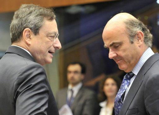 ECB president Mario Draghi (L) with Spanish Finance Minister Luis De Guindos in Luxembourg