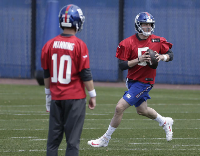 New York Giants quarterback Eli Manning, left, watches as quarterback Davis Webb runs a drill during an NFL football training camp in East Rutherford, N.J., Tuesday, April 24, 2018. (AP Photo/Seth Wenig)