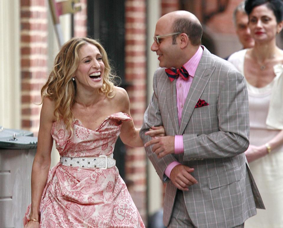 """NEW YORK - OCTOBER 01:  Actress Sarah Jessica Parker  and actor Willie Garson sighting filming a scene for the movie """"Sex and The  City""""  on location in the west village on October 01 2007 in New York City  (Photo by Marcel Thomas/FilmMagic)"""