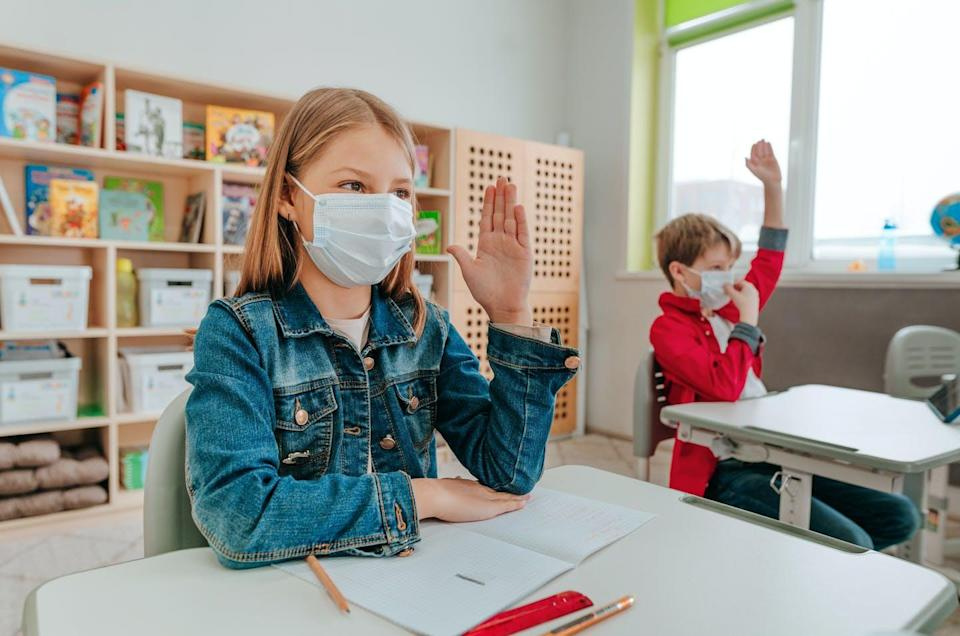 """<span class=""""attribution""""><a class=""""link rapid-noclick-resp"""" href=""""https://www.shutterstock.com/es/image-photo/students-protective-face-mask-studying-school-1968089359"""" rel=""""nofollow noopener"""" target=""""_blank"""" data-ylk=""""slk:Shutterstock / Lithiumphoto"""">Shutterstock / Lithiumphoto</a></span>"""