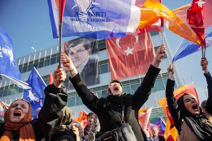 Supporters wave Turkish flags upon the arrival of Turkish Prime Minister Ahmet Davutoglu at the Istanbul Ataturk airport on November 3, 2015 (AFP Photo/Ozan Kose)