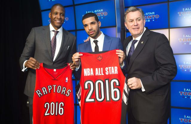 Toronto Raptors general manager Masai Ujiri (L), rapper Drake, and President and CEO of Maple Leaf Sports and Entertainment Tim Leiwekea (R) pose after an announcement that the Toronto Raptors will host the NBA All-Star game in Toronto, September 30, 2013. Toronto was selected as the host of the National Basketball Association's (NBA) 2016 All-Star Game, marking the first time the showcase event will be held outside of the United States, the league said on Monday. REUTERS/Mark Blinch (CANADA - Tags: SPORT BASKETBALL ENTERTAINMENT)