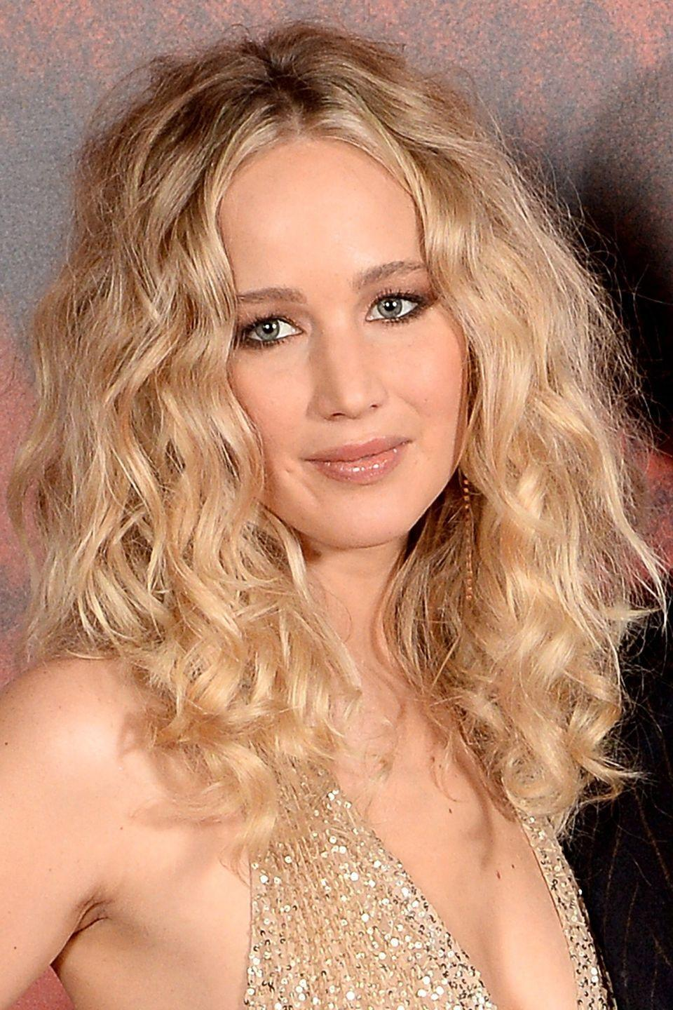 """<p>Jennifer Lawrence proves that you don't need naturally curly hair to achieve big waves. The trick is to use a thin-barrelled curling wand, like Ghd's <a href=""""https://www.amazon.co.uk/ghd-C1-SOFTTONGUK-soft-curl-tong/dp/B01L8OCV94/ref=sr_1_1_a_it?ie=UTF8&qid=1519122015&sr=8-1&keywords=ghd+CURVE%C2%AE+SOFT+CURL+TONG&tag=harpersbazaar.co.uk-21&ascsubtag=harpersbazaaruk.gallery.14536332"""" rel=""""nofollow noopener"""" target=""""_blank"""" data-ylk=""""slk:Soft Curl Tong"""" class=""""link rapid-noclick-resp"""">Soft Curl Tong</a>, £99, before brushing out the curls and using lots of lots of texture spray.</p>"""