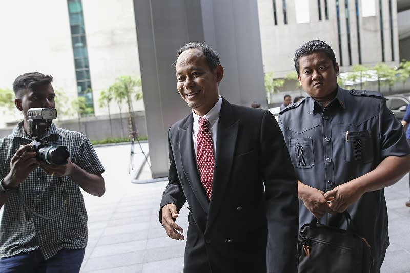 MACC chief commissioner Datuk Sri Mohd Shukri Abdull (centre) arrives at Ilham Tower in Kuala Lumpur May 21, 2018. — Picture by Azneal Ishak