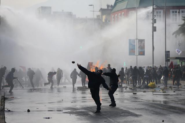 <p>Demonstrators clash with riot police at a rally marking May Day in Santiago, Chile May 1, 2018. (Photo: Ivan Alvarado/Reuters) </p>